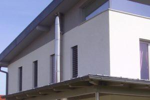 Ciąg wentylacyjny na ścianie budynku