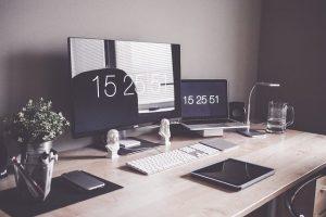 Monitory i komputer na biurku