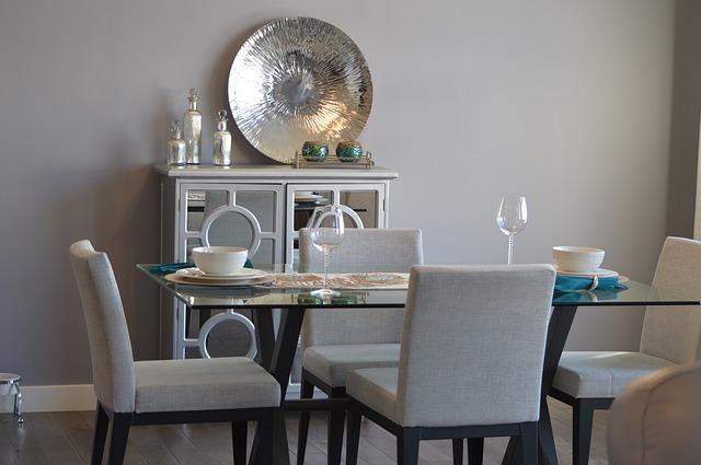 Szklany stół z nowoczesnymi krzesłami